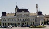 A Bajai városháza és a Szentháromság tér. társkeresés - társkeresők - fényképes - keresztény - keresztyény - külföldi - nemzetközi - hirdetések